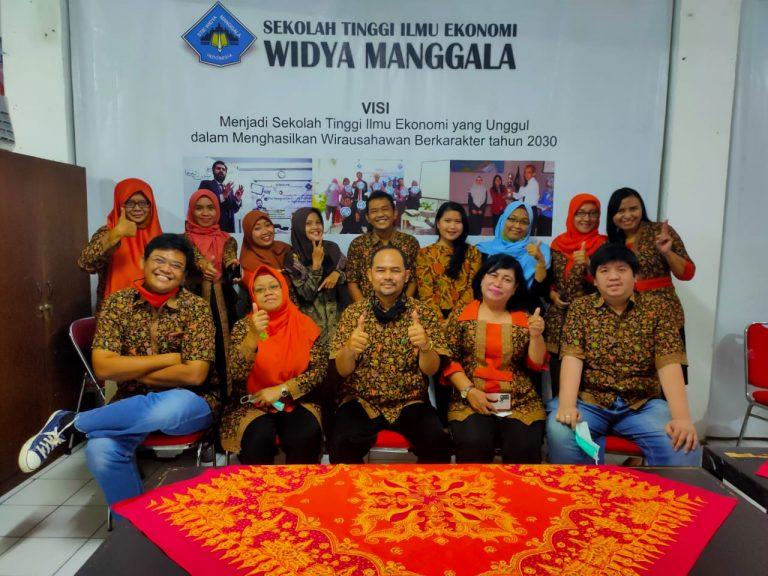 Foto Bersama Dosen dan Tendik STIE Widya Manggala